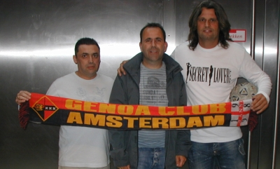 Pato Aguilera and Tomas Skuravy with the president of Genoa Club Amsterdam Hans Otten