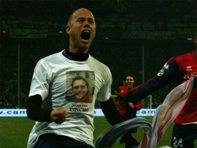 Figueroa celebrates his goal by showing a t-shirt with a foto of his brother that died in a car-accident