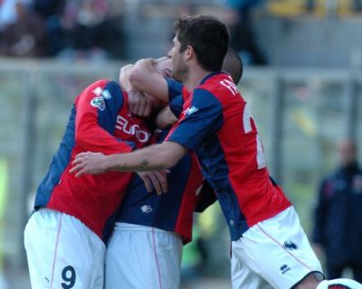 Figueroa celebrated by Sculli and Fabiano after the 1-1 equalizer