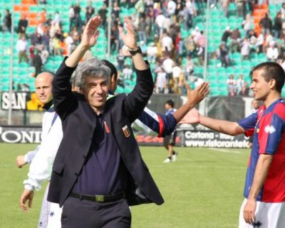 Mr. Gasperini celebrates the victory on the field with the 4000 fans