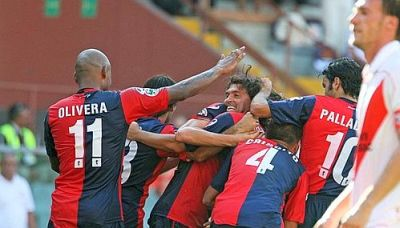 Genoa-players celebrate the 3rd goal of Omar Milanetto