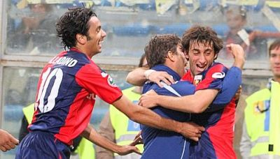 Milito celebrates his goal with Sculli (scorer of the first goal) and Palladino