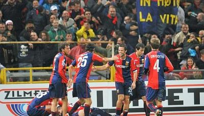 The players celebrate the goal of Sokratis Papastathopoulos