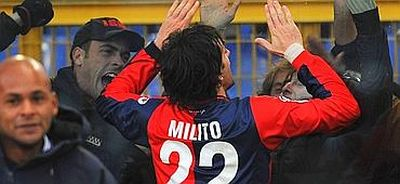 Diego Milito celebrates his goal with the Genoa-supporters