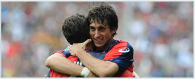 Milito celebrates a goal with Sculli, together they scored 19 goals in 1st half of the season