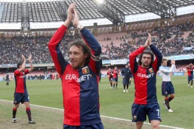 Genoa-players celebrate the victorie in Naples