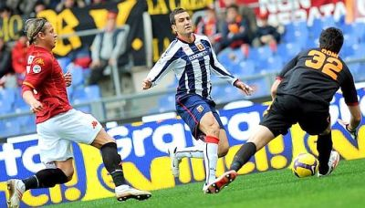 Bosko Jankovic stopped by goalkeeper Doni of Roma