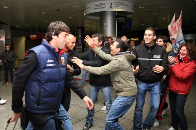 Supporters welcome Milito and Olivera at Cristoforo Colombo Airport