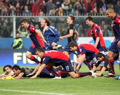 The players thank Gradinata Nord after Genoa-Juventus 3-2