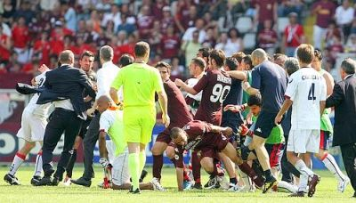 Big fight after the last whistle; watch the foot of the member of the staff of Torino (in completely blue)