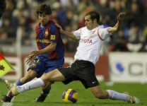 Defender Emiliano Moretti in the shirt of Valencia against Barcelona