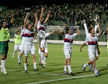 Genoa-players celebrate the victory with the fans in Bergamo