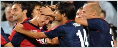 The Genoa-players celebrate goalscorer Criscito with the 1-1 equalizer in Odense