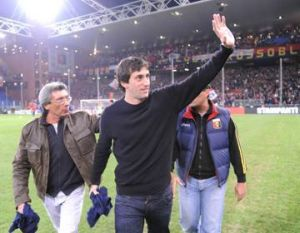 Diego Milito is back home with Inter and waves to his fans in Luigi Ferraris
