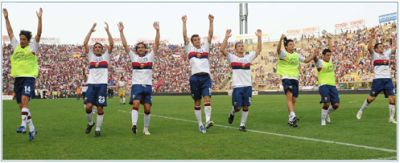 Genoa-players celebrate the victory in Bologna: 1-3