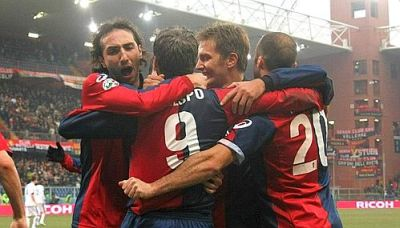 Genoa-players celebrate the 2nd goal against Atalanta