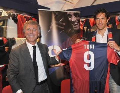 Luca Toni presents the new shirt of the season 2010-2011