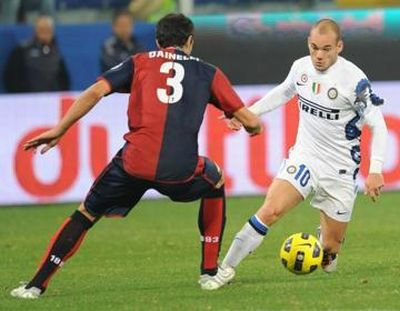 Dario Dainelli tries to stop Dutch Wesley Sneijder
