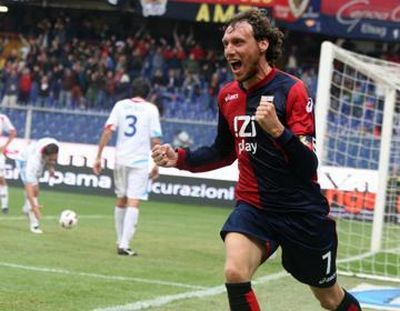 Marco Rossi celebrates his goal against Catania in front of the little flag of Genoa Club Amsterdam