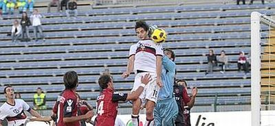 Andrea Ranocchia heades the corner of Veloso inside the goal of Cagliari 0-1