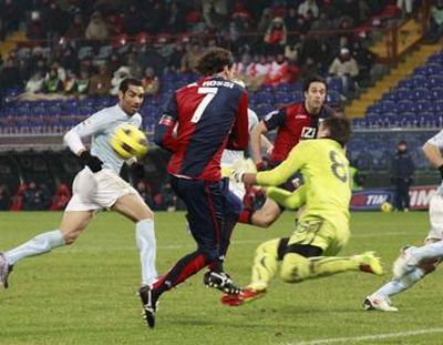Marco Rossi is close to the first goal of Genoa in 2011, but Muslera stops him