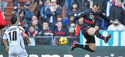 Eduardo missed the ball completely, Di Natale don't: 1-2