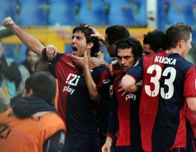 The Genoa-players celebrate the goal of Milanetto against Udinese