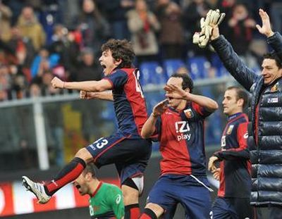 The players with Paloschi and Palacio celebrate the 4-3 victory against Roma