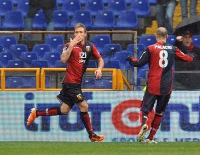 Antonio Floro Flores and Rodrigo Palacio celebrate the only goal against Palermo