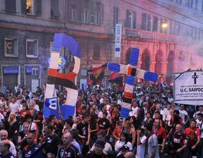 Genoa-fans celebrate that we are the only team in Serie A