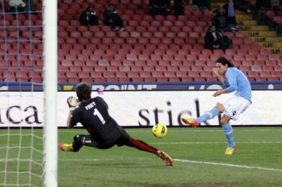 Cavani scores the first goal against Genoa
