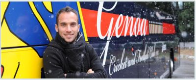 Fernando Daniël Belluschi in the snow in front of the playerscoach of Genoa