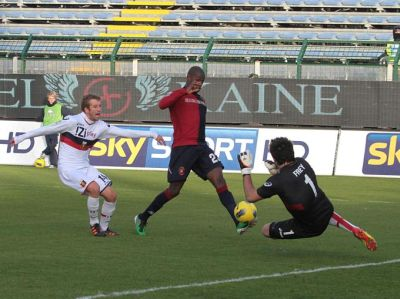 Victor Ibarbo is much faster as Felipe Seymour and scores easily 2-0 out of a corner of Genoa