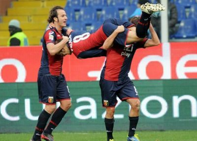 Giuseppe Sculli and Alberto Gilardino carry Rodrigo Palacio after his fantastic goal against Napoli