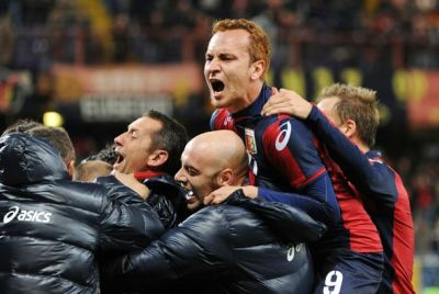 All players in -and outside the field celebrated the goal of Palacio in the 96th minute