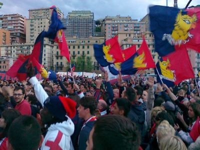 Thousands of Genoa-supporters listened on the square before the stadium to the radio with Pinuccio Brenzini of Radio Nostalgia inside the stadium