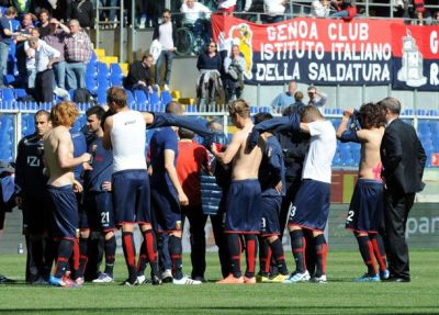 The players of Genoa take a trainingshirt after they have given their official shirts to Marco Rossi